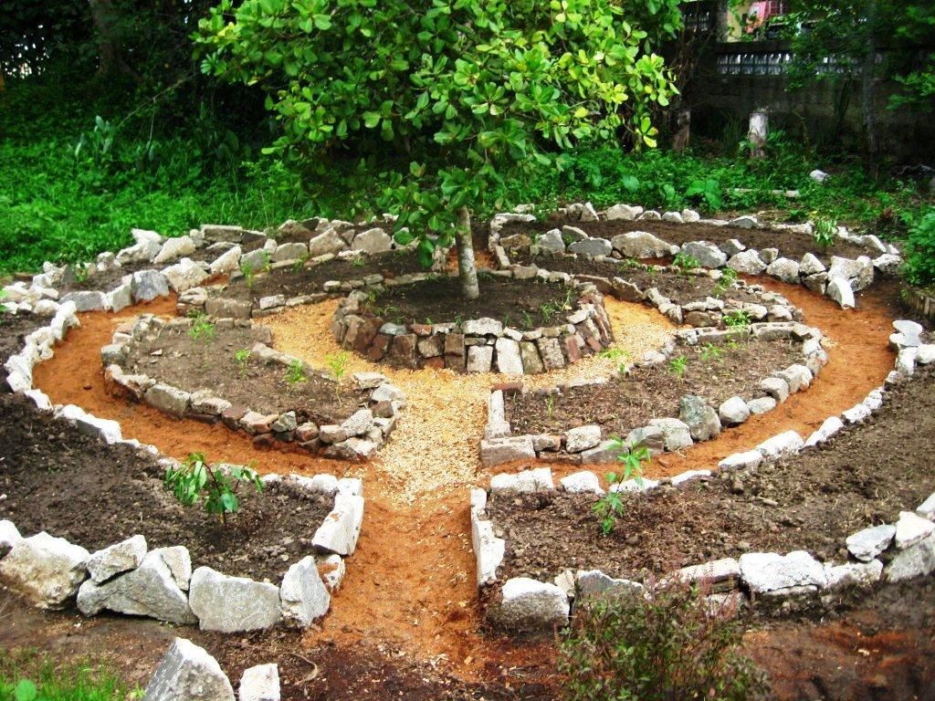 Permaculture garden greenmylife anyone can garden for Garden designs with stone circles